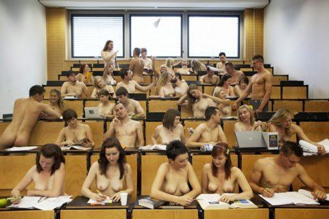 全裸で学校の授業を受ける生徒たちが撮影される。何の宗教なの??wwwww(エロ画像)・19枚目
