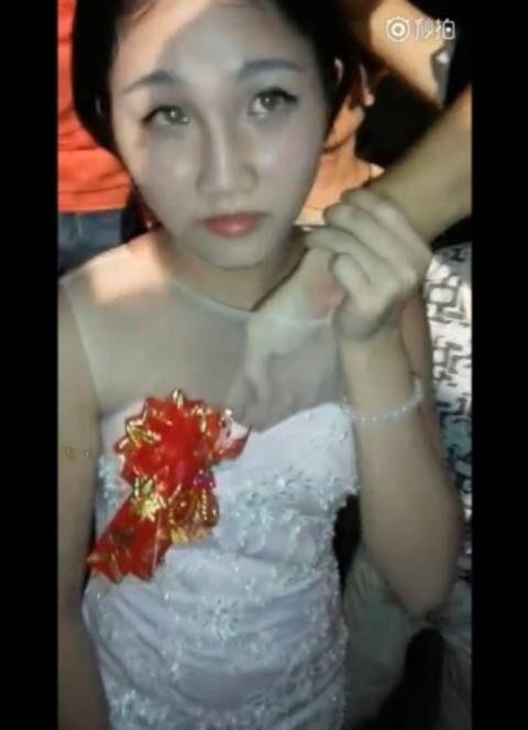 【GIFあり】中国の結婚式で新婦をレイプする謎の文化がこちら・・・・・2枚目