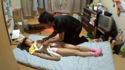 【エロ画像】熟睡してる女の子にイタズラしてるマジキチの画像。。・2枚目