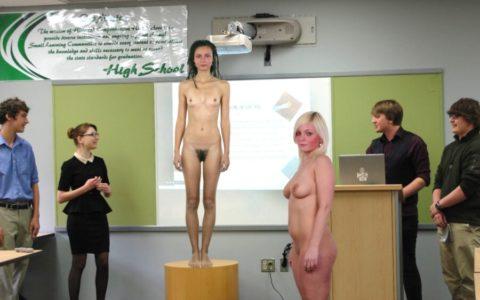 全裸で学校の授業を受ける生徒たちが撮影される。何の宗教なの??wwwww(エロ画像)・24枚目