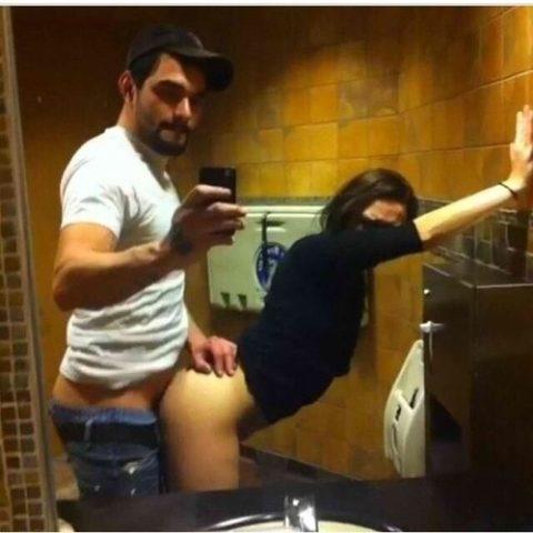 【素人エロ】鏡越しにセックスを撮影する彼氏、破局後に流出させる・・・・24枚目