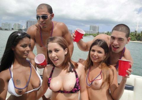 【エロ画像】海外の船上パーティー。このセレブの遊びは羨ましい・・・・27枚目