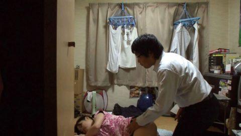 【エロ画像】熟睡してる女の子にイタズラしてるマジキチの画像。。・3枚目
