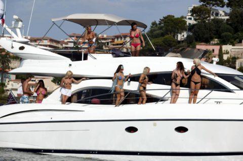 【エロ画像】海外の船上パーティー。このセレブの遊びは羨ましい・・・・31枚目