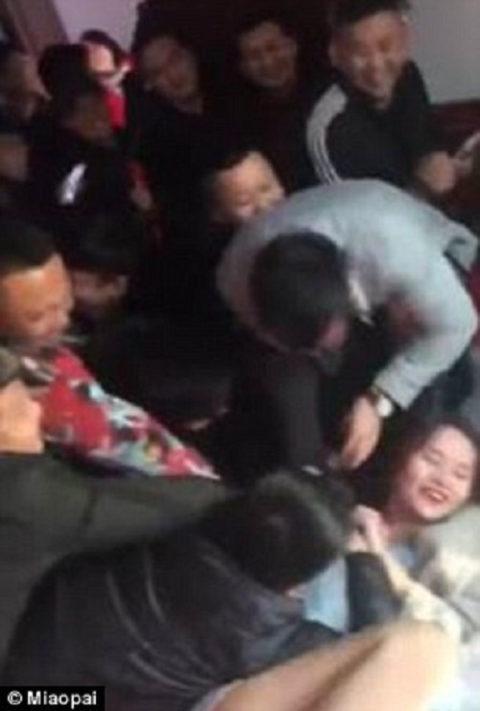 【GIFあり】中国の結婚式で新婦をレイプする謎の文化がこちら・・・・・9枚目