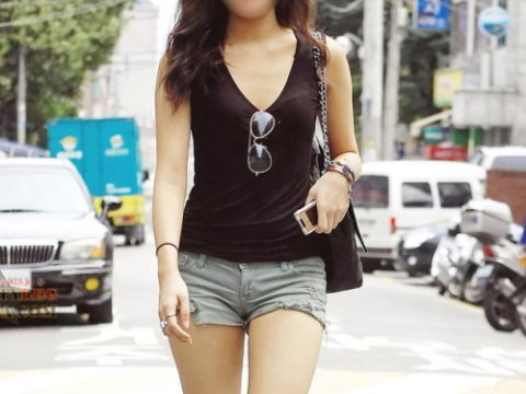 【街撮り】韓国の街中に蔓延る美脚美女を盗撮する犯罪者が撮影したモノwwwwww・1枚目