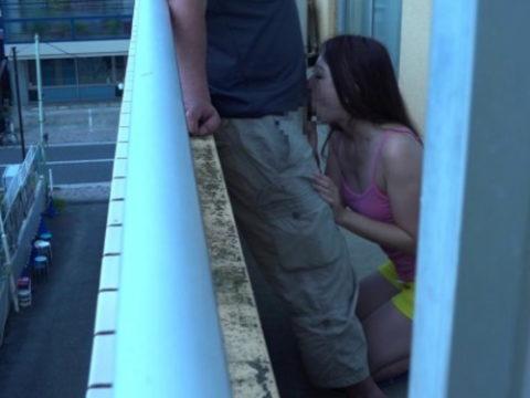 【エロ画像】ベランダSEXを楽しむ人妻さん、横の部屋から盗撮されるwwwwww