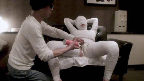 【レイプ画像】怪我してボッロボロの女を犯すマジキチが撮影した画像。。・1枚目