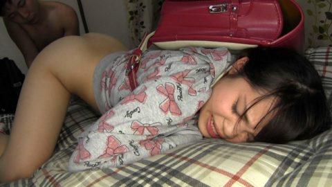 【エロ画像】今どき女子学生が行うエロ行為・・・・アカンやろぉ。。・1枚目