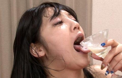 【エロ画像】ザーメンの一気飲みを強要された女さんの顔・・・・・・10枚目