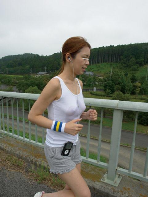 """ノーブラ女さん、そのままマラソンしておっぱいが""""ゆっさゆっさ""""しちゃうwwwww(エロ画像)・11枚目"""