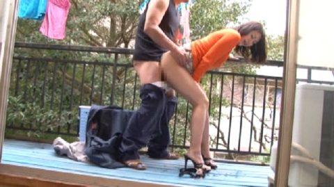 【エロ画像】ベランダSEXを楽しむ人妻さん、横の部屋から盗撮されるwwwwww・12枚目