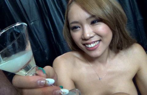 【エロ画像】ザーメンの一気飲みを強要された女さんの顔・・・・・・12枚目