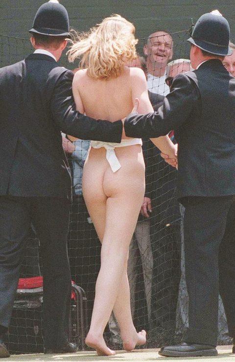 【スポーツエロ】試合中に乱入してくる全裸女さん、選手たちを釘付けにするwwwwww・13枚目