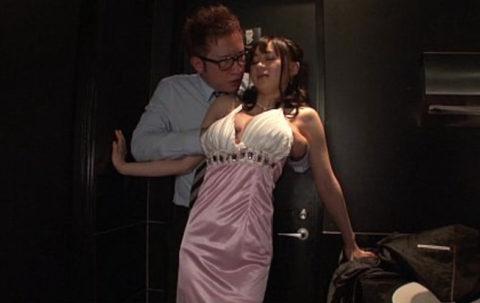 【エロ画像】キャバ嬢まんさん、セクハラされても笑ってやり過ごすwwwwwww・14枚目