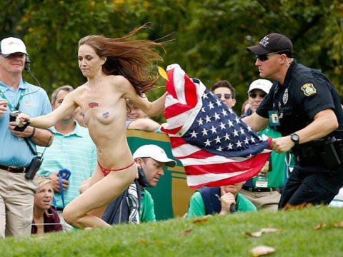 【スポーツエロ】試合中に乱入してくる全裸女さん、選手たちを釘付けにするwwwwww・17枚目