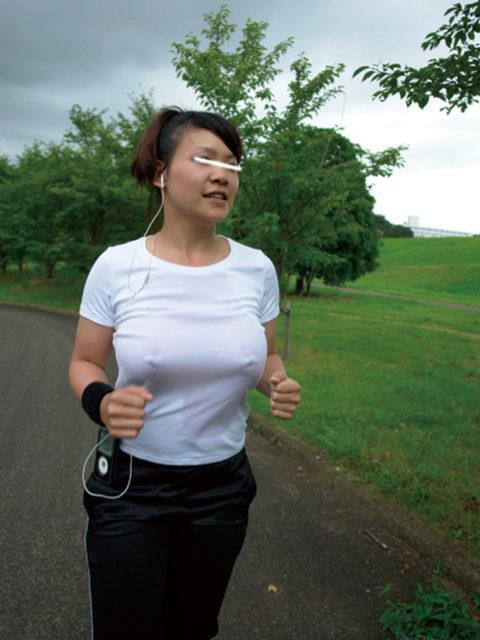 """ノーブラ女さん、そのままマラソンしておっぱいが""""ゆっさゆっさ""""しちゃうwwwww(エロ画像)・19枚目"""