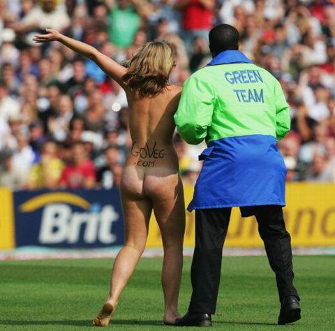 【スポーツエロ】試合中に乱入してくる全裸女さん、選手たちを釘付けにするwwwwww・19枚目