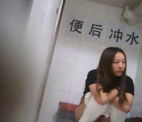 【盗撮】中国の「女子トイレ」が盗撮の宝庫だと話題に。。これはヒドイ・2枚目