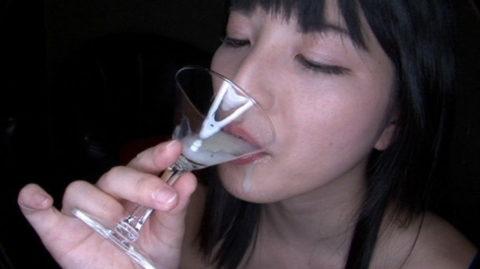 【エロ画像】ザーメンの一気飲みを強要された女さんの顔・・・・・・2枚目