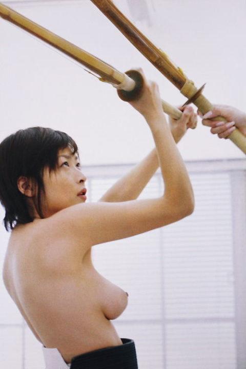 【エロ画像】巨乳剣道女子さん、道着を脱いだらこうなります。。汗ヤバそうwwwww・2枚目