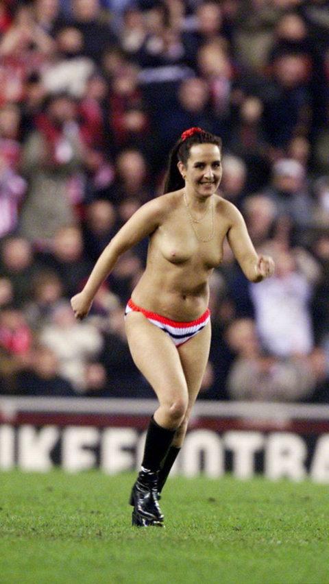 【スポーツエロ】試合中に乱入してくる全裸女さん、選手たちを釘付けにするwwwwww・20枚目