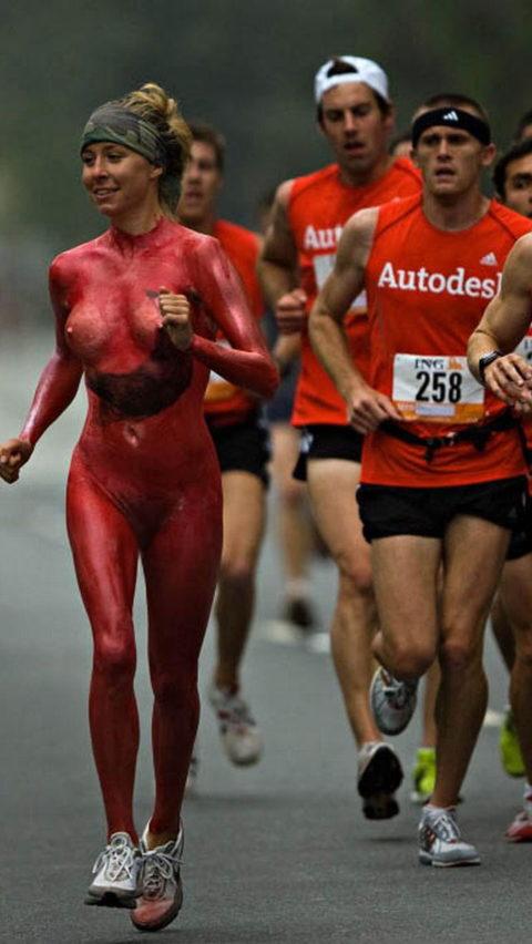 【スポーツエロ】試合中に乱入してくる全裸女さん、選手たちを釘付けにするwwwwww・21枚目