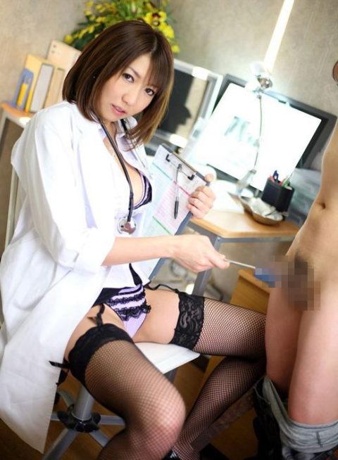 【エロ画像】女医に診察中に包茎を弄ばれた・・・ショックだけど興奮不可避wwwww・22枚目