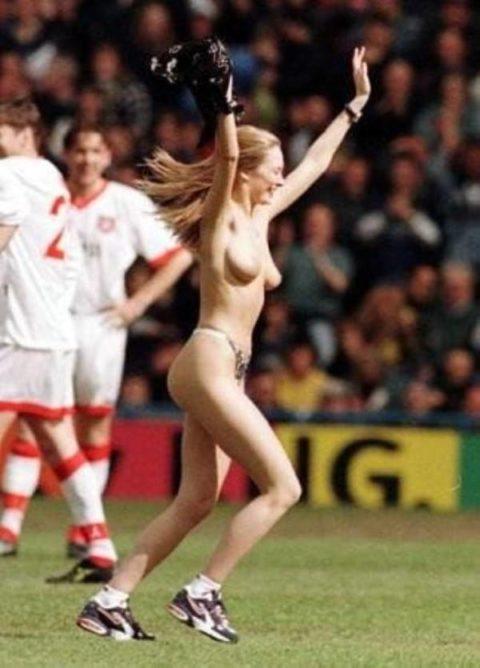 【スポーツエロ】試合中に乱入してくる全裸女さん、選手たちを釘付けにするwwwwww・24枚目