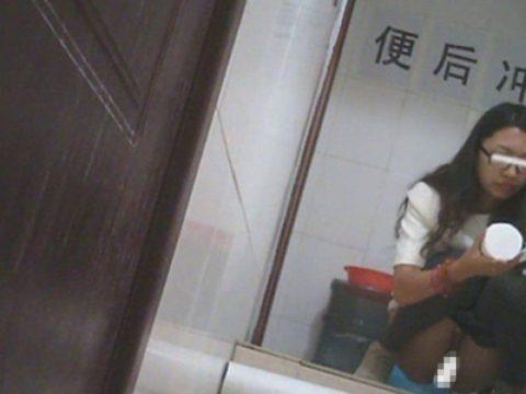 【盗撮】中国の「女子トイレ」が盗撮の宝庫だと話題に。。これはヒドイ・25枚目