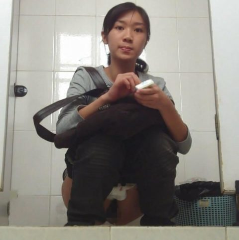 【盗撮】中国の「女子トイレ」が盗撮の宝庫だと話題に。。これはヒドイ・26枚目