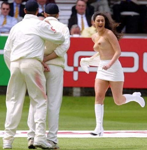 【スポーツエロ】試合中に乱入してくる全裸女さん、選手たちを釘付けにするwwwwww・26枚目