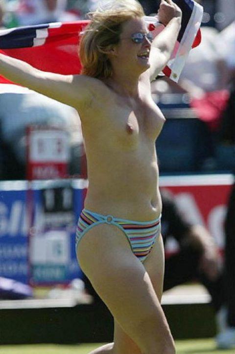 【スポーツエロ】試合中に乱入してくる全裸女さん、選手たちを釘付けにするwwwwww・29枚目