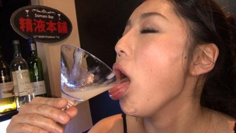 【エロ画像】ザーメンの一気飲みを強要された女さんの顔・・・・・・3枚目
