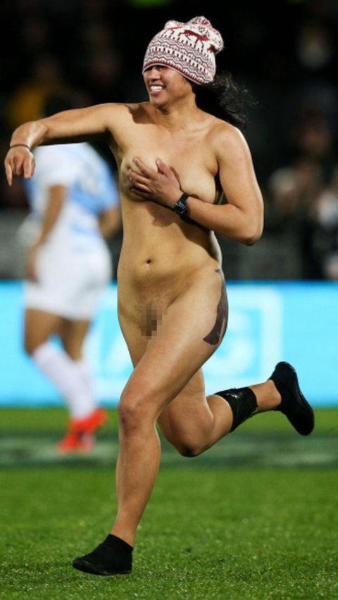 【スポーツエロ】試合中に乱入してくる全裸女さん、選手たちを釘付けにするwwwwww・30枚目