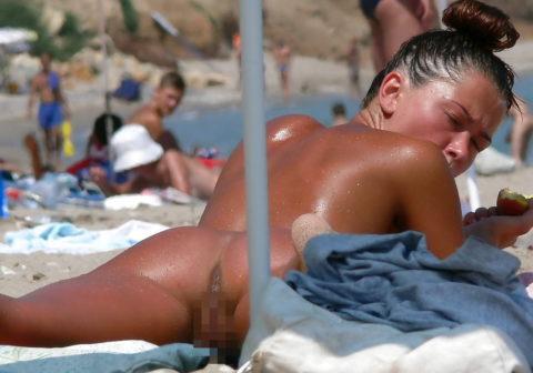 ヌーディストビーチで超ベストアングルで盗撮した写真がこちら。。パーフェクト!wwwww・31枚目