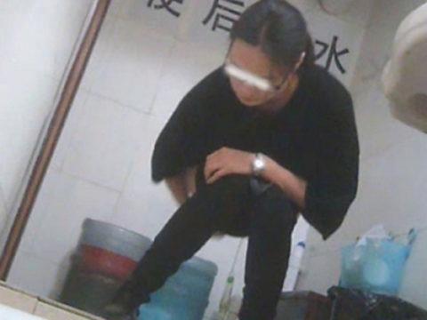【盗撮】中国の「女子トイレ」が盗撮の宝庫だと話題に。。これはヒドイ・32枚目