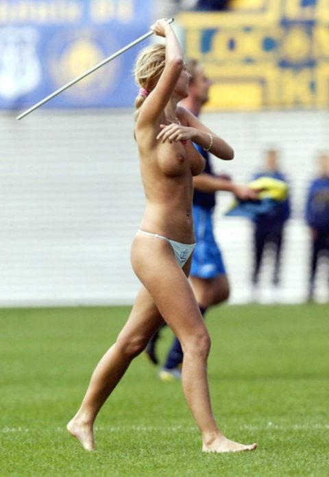 【スポーツエロ】試合中に乱入してくる全裸女さん、選手たちを釘付けにするwwwwww・35枚目