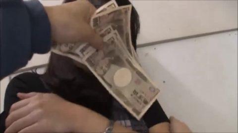【エロ画像】お金の力でエッチな事しちゃった女子。現金にはめっぽう弱いwwwww・4枚目