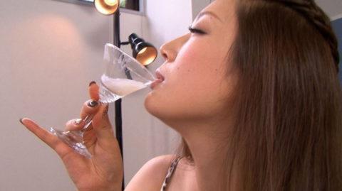 【エロ画像】ザーメンの一気飲みを強要された女さんの顔・・・・・・4枚目