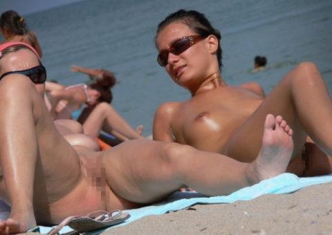 ヌーディストビーチで超ベストアングルで盗撮した写真がこちら。。パーフェクト!wwwww・4枚目