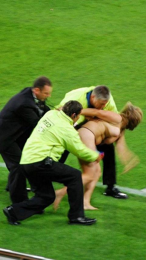【スポーツエロ】試合中に乱入してくる全裸女さん、選手たちを釘付けにするwwwwww・5枚目