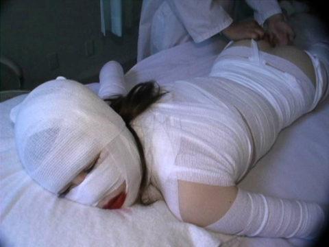 【レイプ画像】怪我してボッロボロの女を犯すマジキチが撮影した画像。。・6枚目