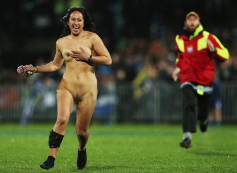 【スポーツエロ】試合中に乱入してくる全裸女さん、選手たちを釘付けにするwwwwww・7枚目