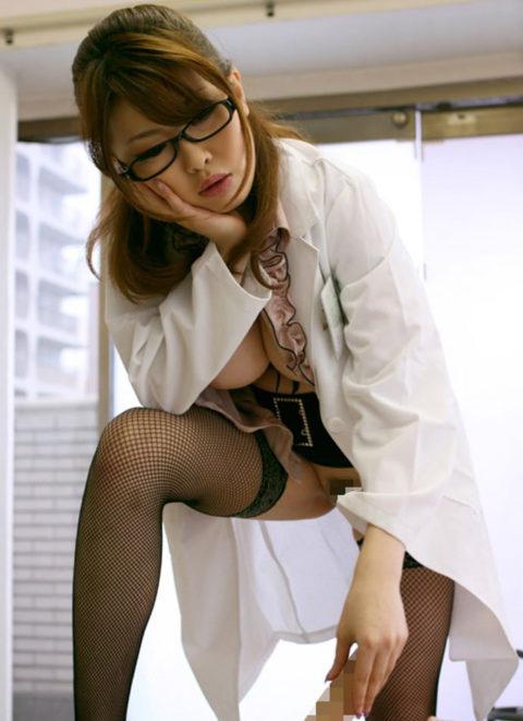 【エロ画像】女医に診察中に包茎を弄ばれた・・・ショックだけど興奮不可避wwwww・8枚目