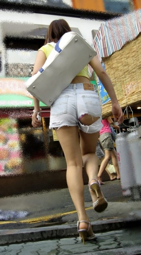 【街撮り】韓国の街中に蔓延る美脚美女を盗撮する犯罪者が撮影したモノwwwwww・13枚目