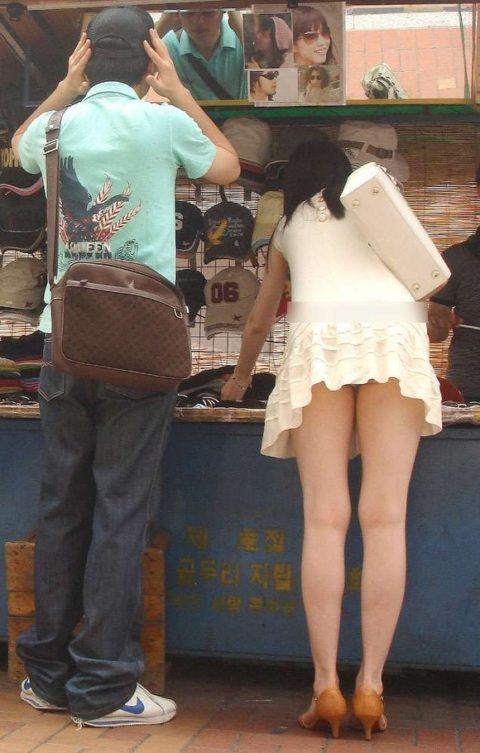 【街撮り】韓国の街中に蔓延る美脚美女を盗撮する犯罪者が撮影したモノwwwwww・19枚目