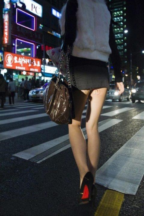【街撮り】韓国の街中に蔓延る美脚美女を盗撮する犯罪者が撮影したモノwwwwww・3枚目