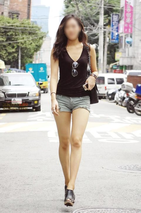 【街撮り】韓国の街中に蔓延る美脚美女を盗撮する犯罪者が撮影したモノwwwwww・29枚目