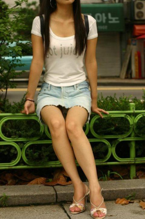 【街撮り】韓国の街中に蔓延る美脚美女を盗撮する犯罪者が撮影したモノwwwwww・31枚目